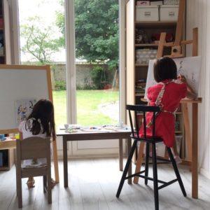 Peinture : Enfants en train de faire de la peinture sur un chevalet Zaichik-DIY