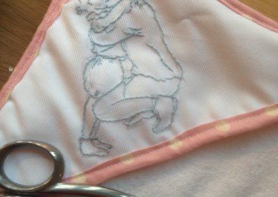 Couture et broderie : sortie de bain au point de tige Zaichik-DIY courtesy by.bm pour le dessin