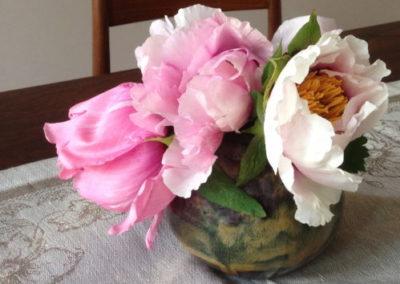 Bouquet de pivoines dans un vase fait main en céramique émaillée Zaichik-DIY
