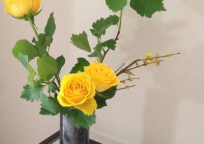 Ikebana roses jaunes dans un vase fait main en céramique émaillée par Zaichik-DIY