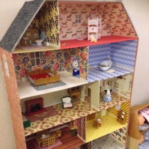 Maison de poupée réalisée en cartonnage par Zaichik-DIY
