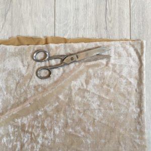 découpe du tissus en velours d'habillement pour les rideaux du DIY théâtre de marionnettes Zaichik-DIY