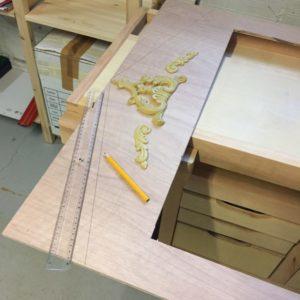 Second tracé en cours à la règle et au crayon de charpentier du fronton du DIY théâtre de marionnettes Zaichik-DIY