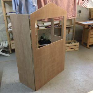 Vue de face de la structure en bois du DIY théâtre de marionnettes Zaichik-DIY