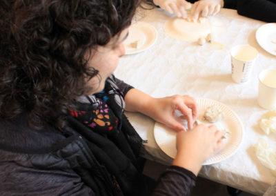 Participante de l´atelier Zaichik-DIY en train de modeler une fève de galette des rois
