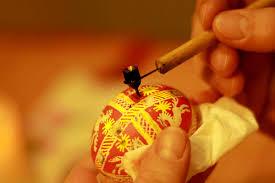 Application de la cire sur l'oeuf technique du batik