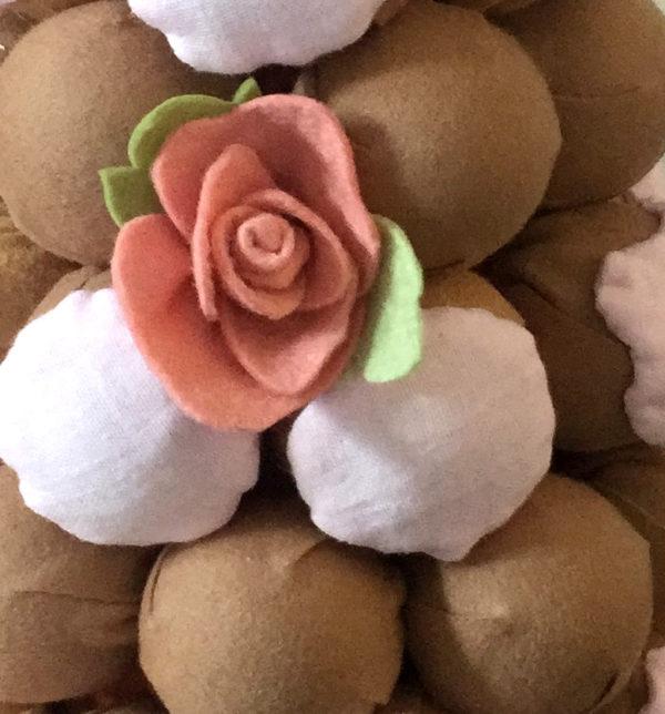 detail d une rose sur la piece montee en tissus