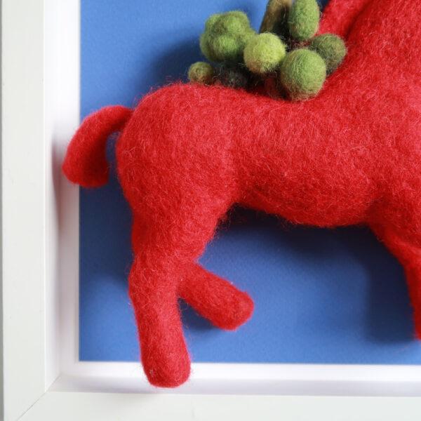 Cheval rouge pattes postérieures laine cardée