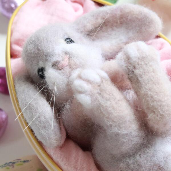 lapin de paques en laine cardée